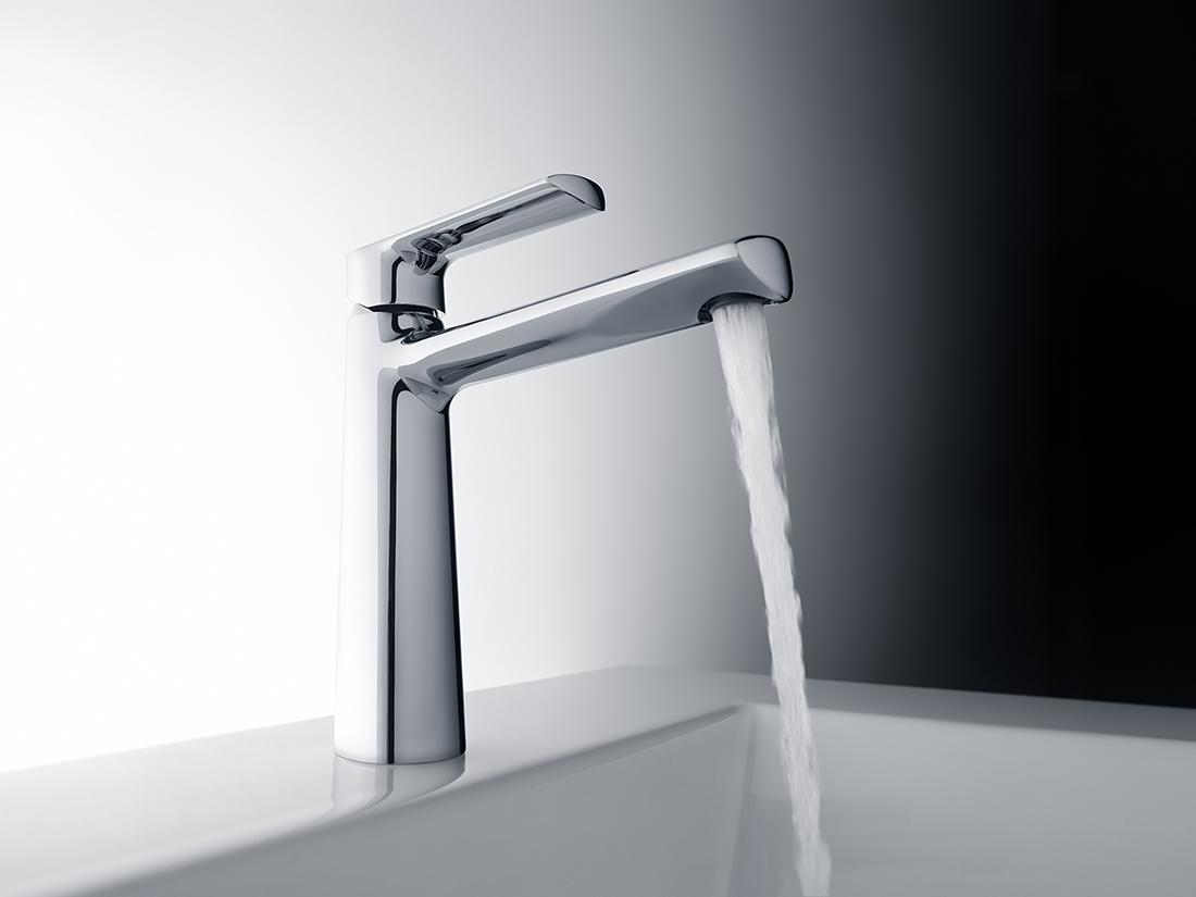 Una ducha de agua que se convierte en una ducha de flujo vaginal gui072 - 1 8