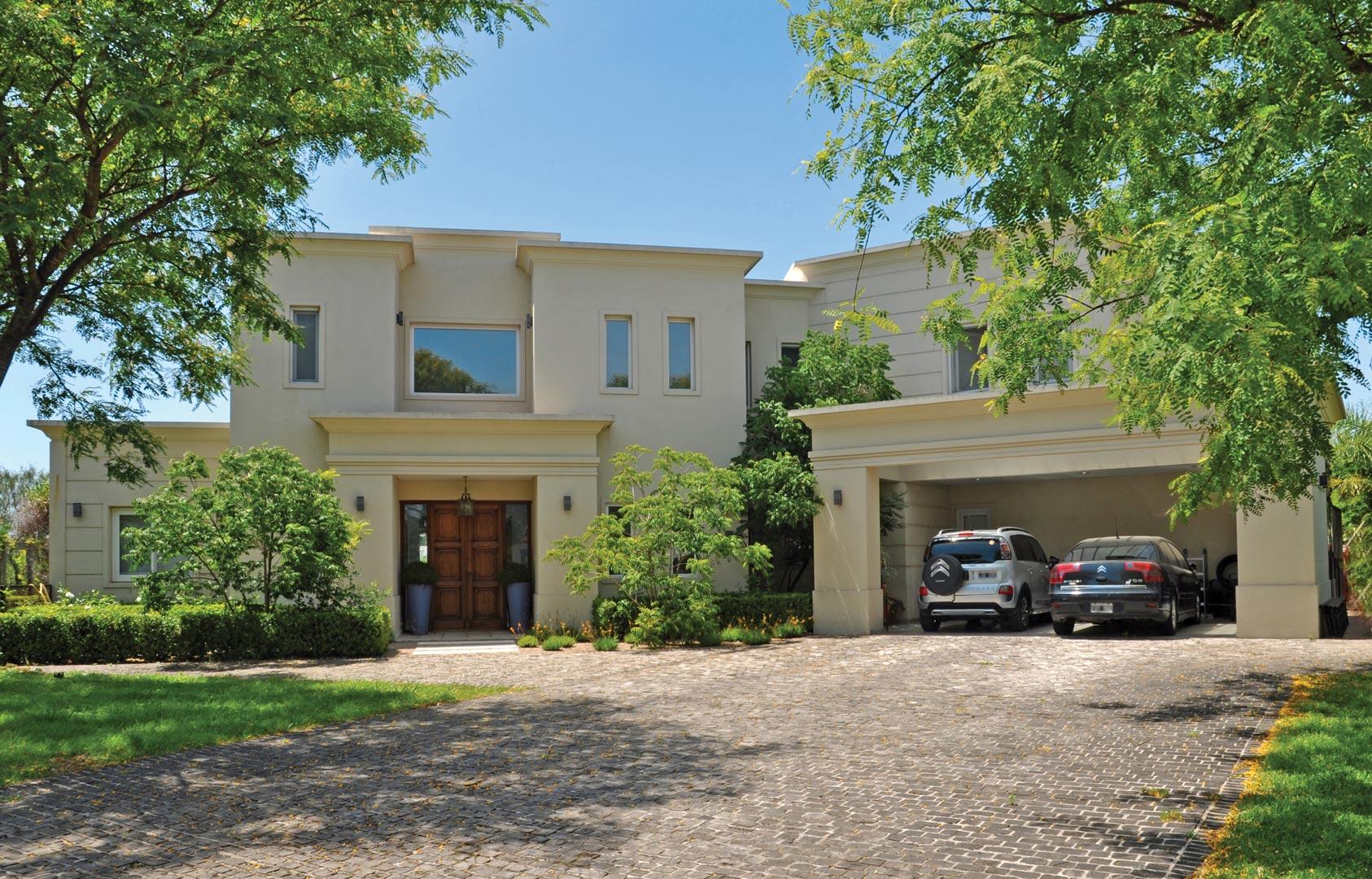 Estudio farina vazzano casa estilo cl sico moderno for Casas estilo clasico moderno