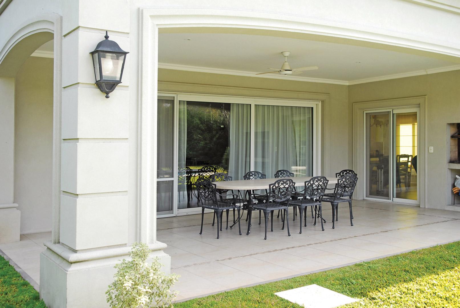 Fern ndez borda arquitectos casa estilo franc s portal for Casa clasica country