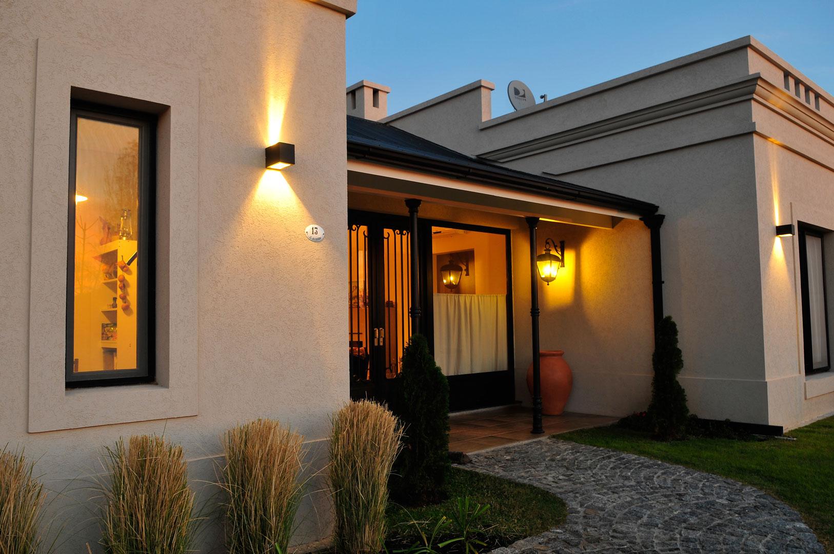 Marcela parrado arquitectura casa estilo cl sico campo Iluminacion exterior casas modernas