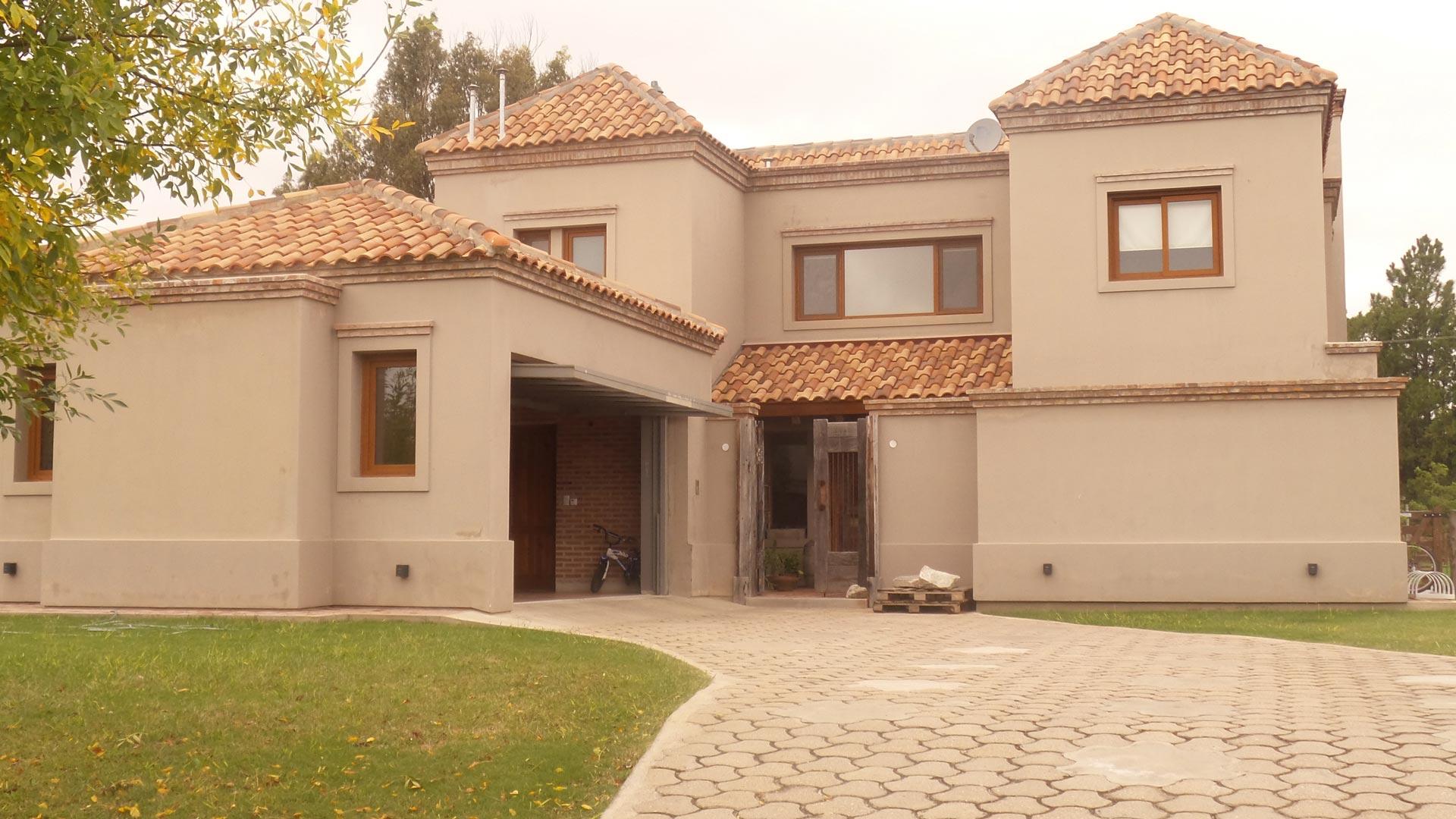 Pinasco arquitectos casa estilo cl sico moderno portal for Casas estilo clasico moderno