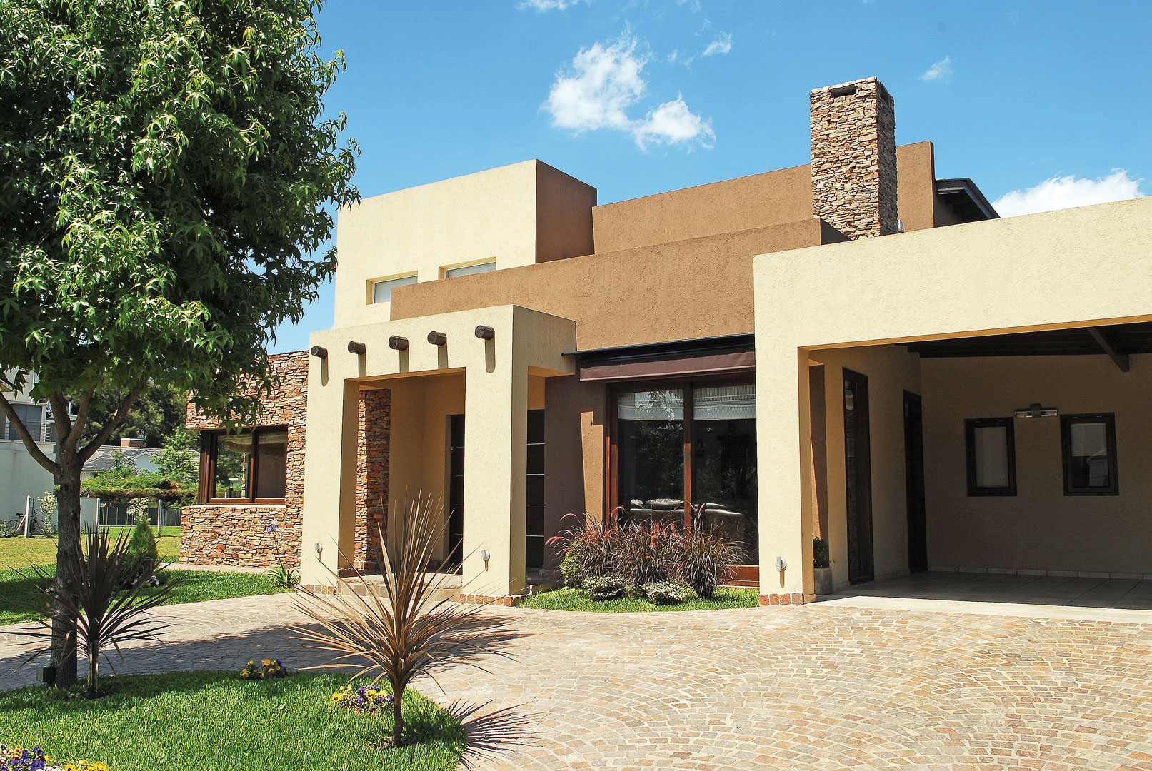 Casa con esp ritu de spa portal de arquitectos for Casa pintadas con colores modernos